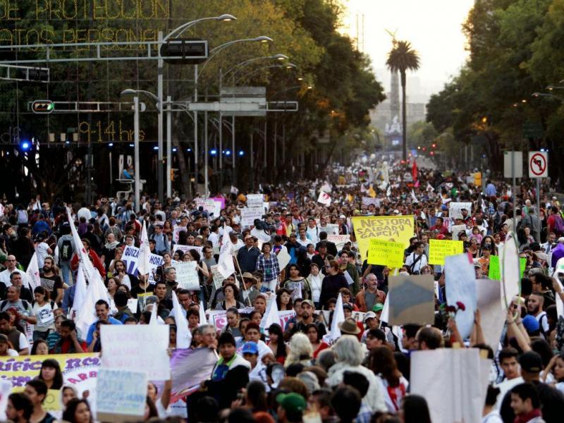 Milhares protestam para exigir regresso de estudantes desaparecidos (Lusa/EPA)