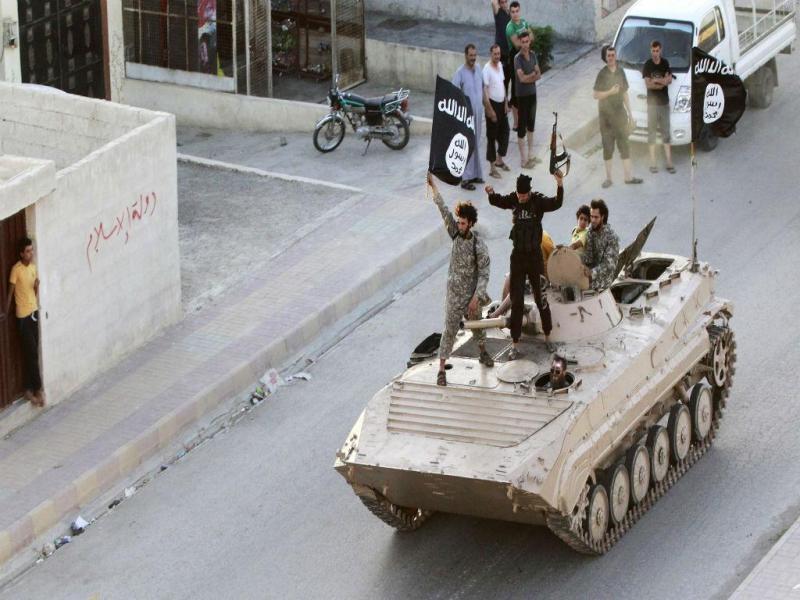 Militantes do EI em Raqqa (REUTERS)