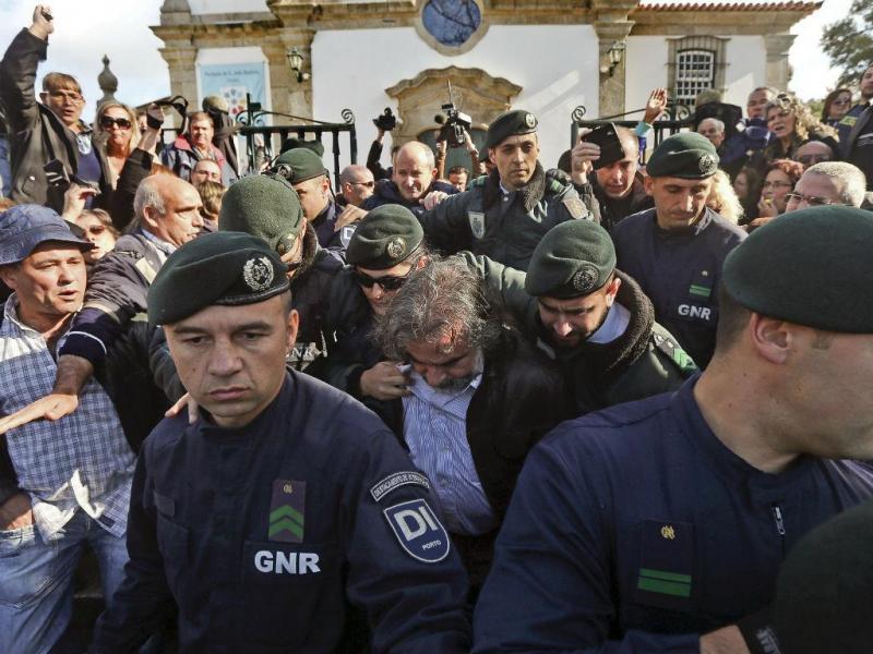 Protesto contra a saída do padre em Canelas [Foto: Lusa]