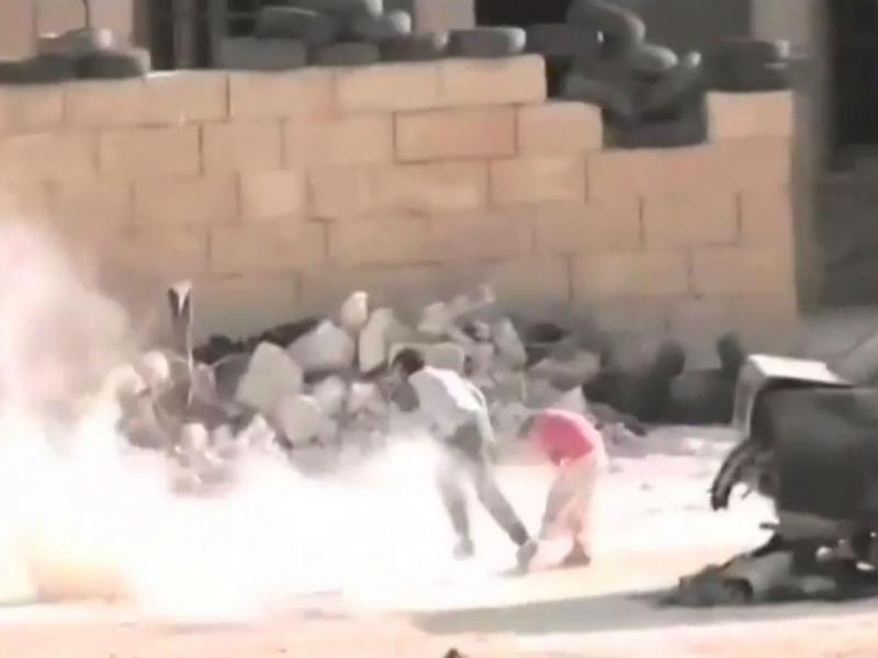 Rapaz sírio salva irmã depois de fingir a própria morte