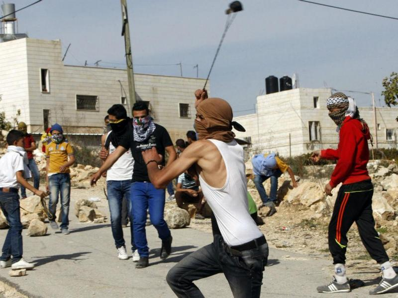 Hebron, Cisjordânia: manifestantes palestinianos atiram pedras a soldados israelitas (REUTERS)
