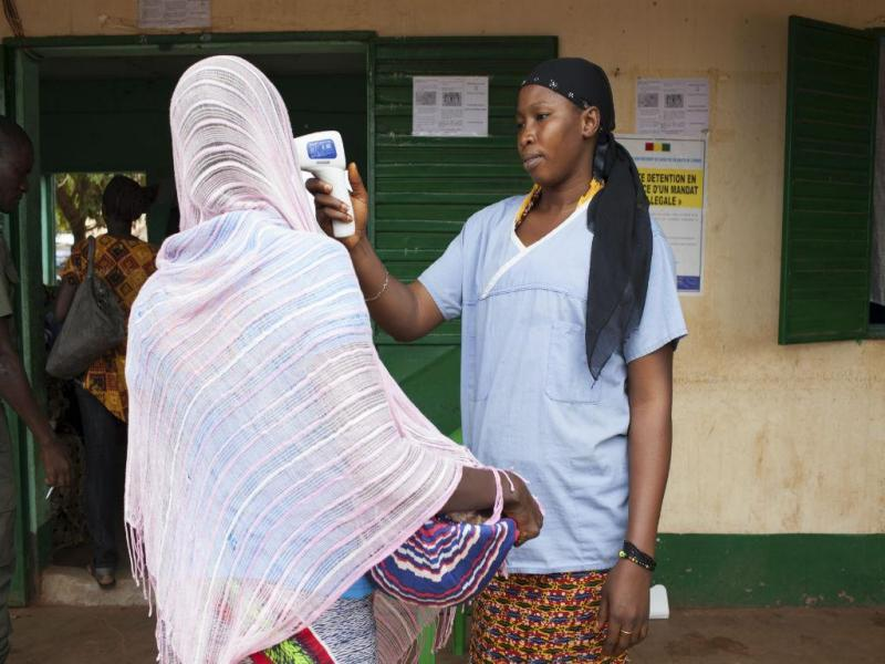Teste de temperatura no Mali (REUTERS)