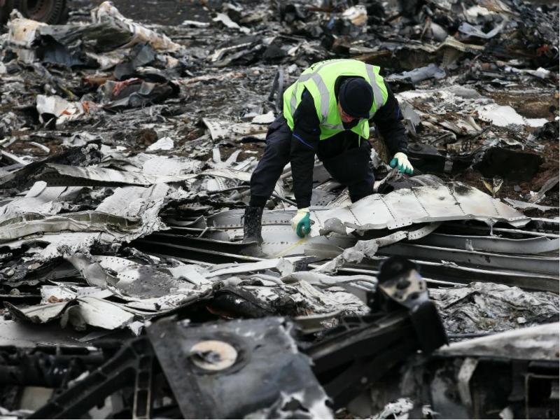 Recolha dos destroços do MH17 (Reuters)