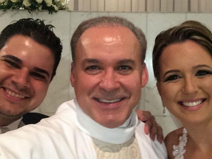 Padre tira selfies em casamentos