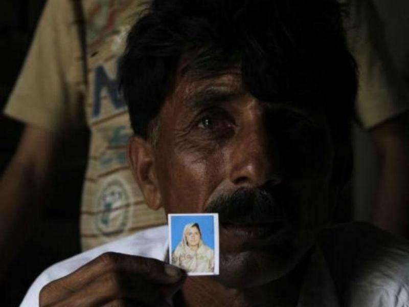 Muhammed Iqbal, de 45 anos, mostra foto da falecida esposa Farzana Iqbal (REUTERS/Mohsin Raza)