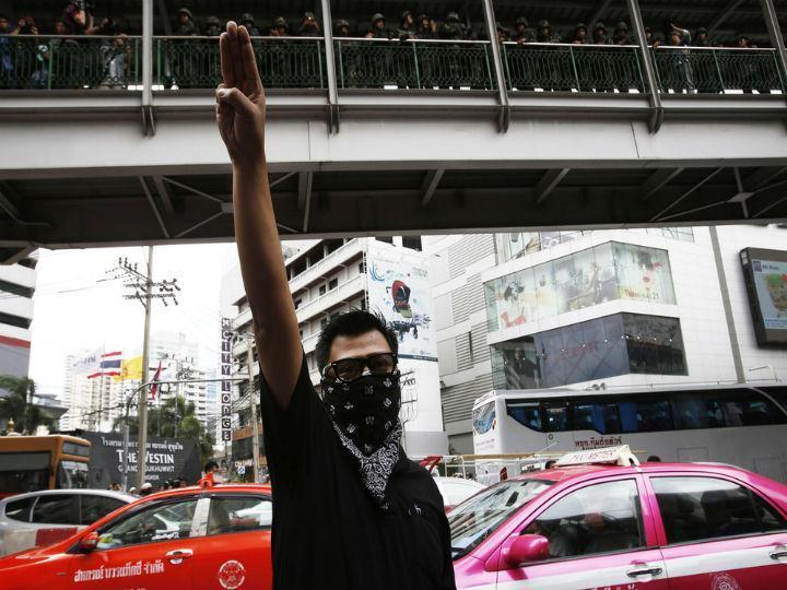 Gesto popularizado pela saga «The Hunger Games» tem sido muito utilizado pelos manifestantes na Tailândia (Reuters)