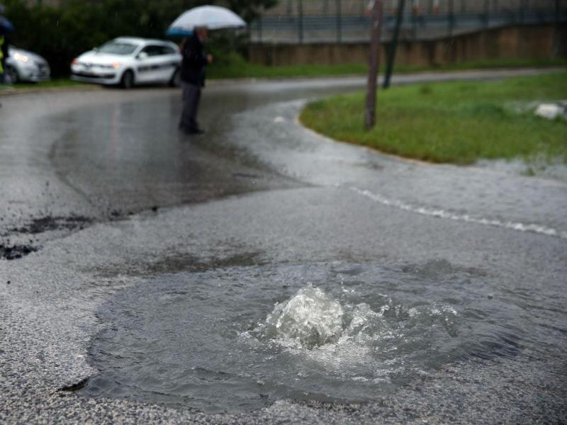 Chuva abre buraco junto à Rotunda do Relógio (LUSA)