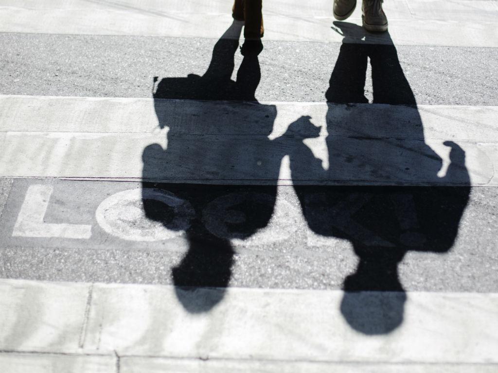 Casal a atravessar passadeira (Reuters)