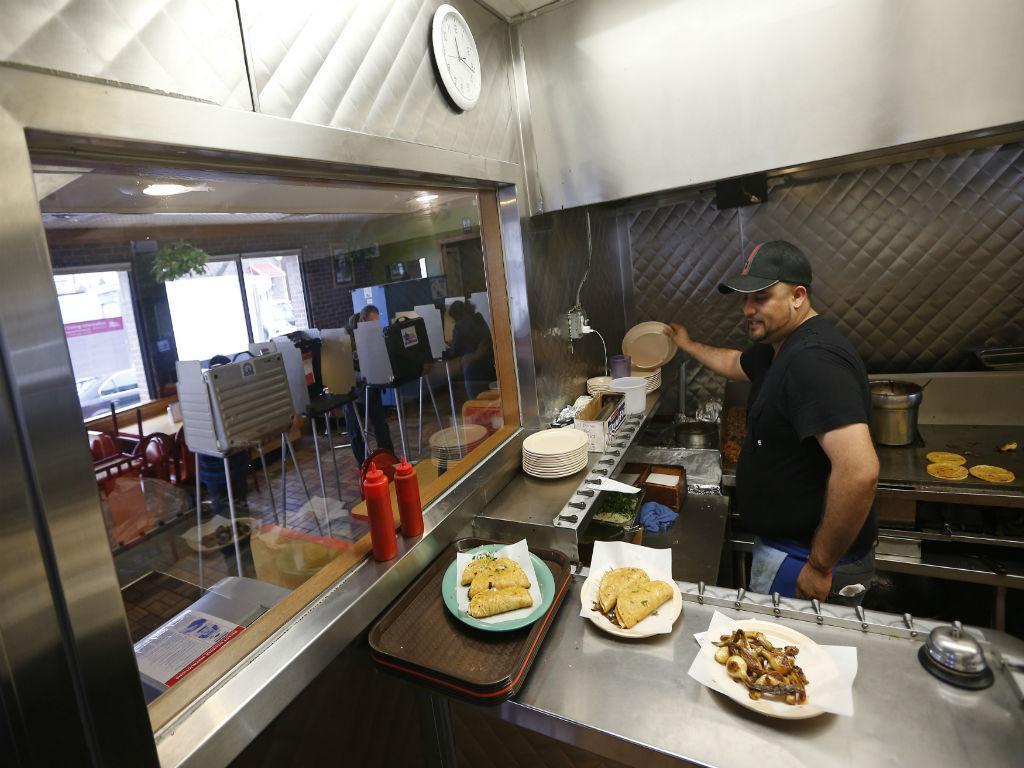 Cozinheiro prepara refeição em Chicago (REUTERS)