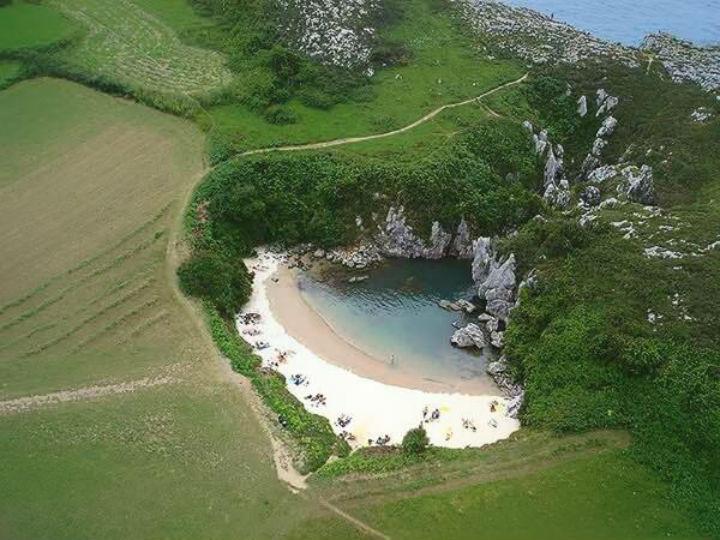 Esta praia é a mais pequena do mundo e fica nas Astúrias, Espanha