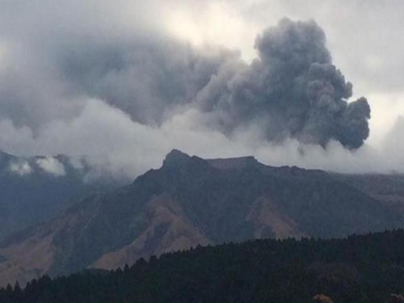 Erupção vulcão Monte Aso (Reprodução/ Twiiter: Roberto C. Lopez)