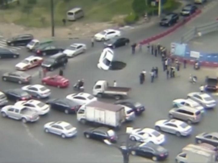 Carro foi engolido por buraco numa estrada movimentada, na China