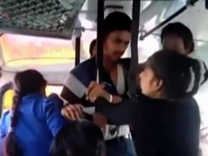 Índia: irmãs atacam agressor em autocarro
