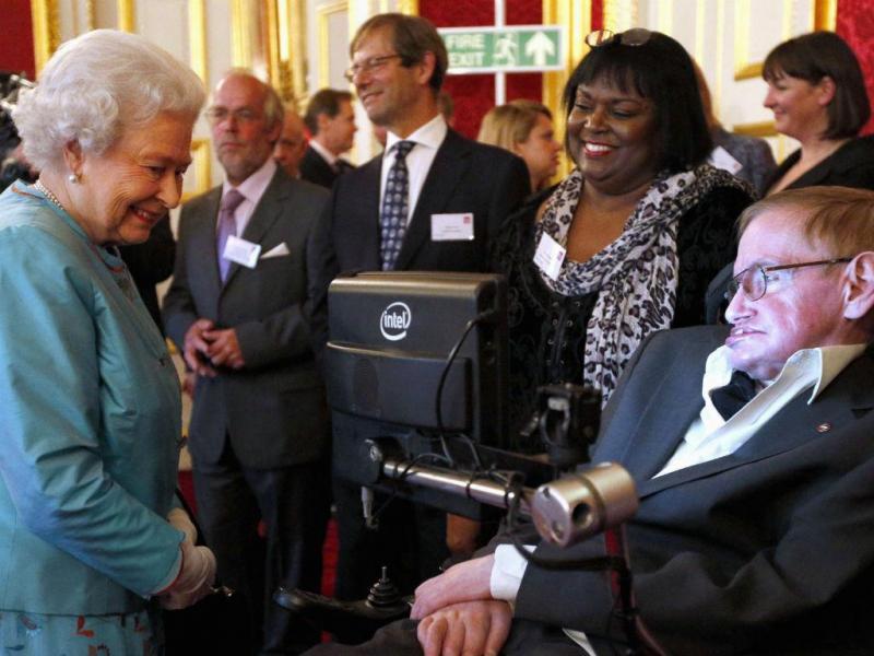Stephen Hawking com Rainha Isabel II (REUTERS)