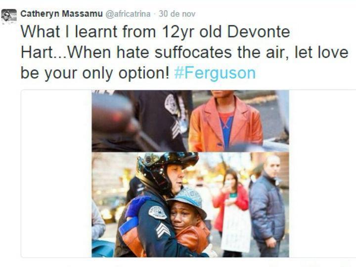 Abraço entre jovem negro e polícia branco nos confrontos relacionados com a morte de um jovem em Ferguson (Fonte: Twitter)