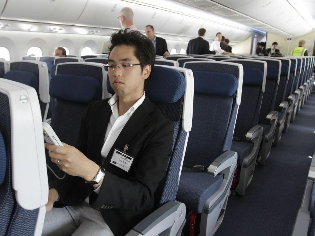 Passageiros num avião (REUTERS)