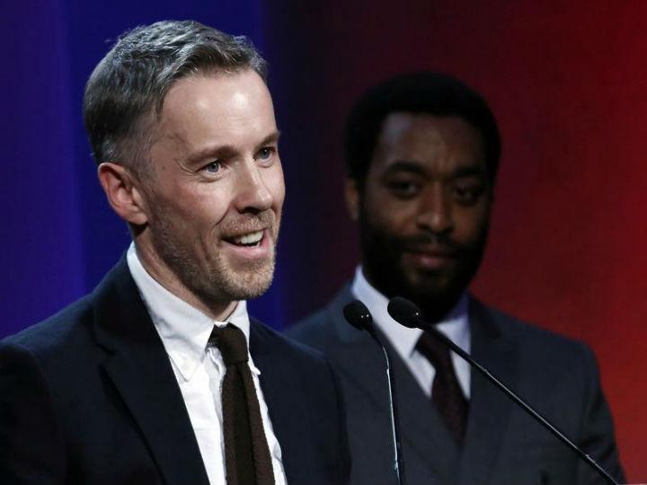 Duncan Campbell foi o vencedor do Prémio Turner, anunciado por Chiwetel Ejiofor (Reuters)