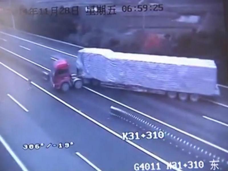 Camião faz manobra perigosa na auto-estrada (Reprodução/Youtube)