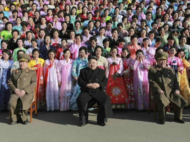 O líder norte-coreano, Kim Jong Un, posa para uma sessão fotográfica com participantes do Segundo Encontro de Famílias de Militares Exemplares (Reuters)