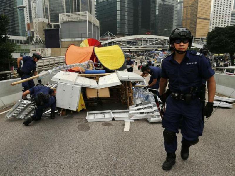 Polícia limpa acampamento em Hong Kong [Foto: Reuters]