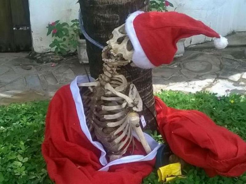 Esqueleto humano vestido de Pai Natal (5º CIA PM Itu)