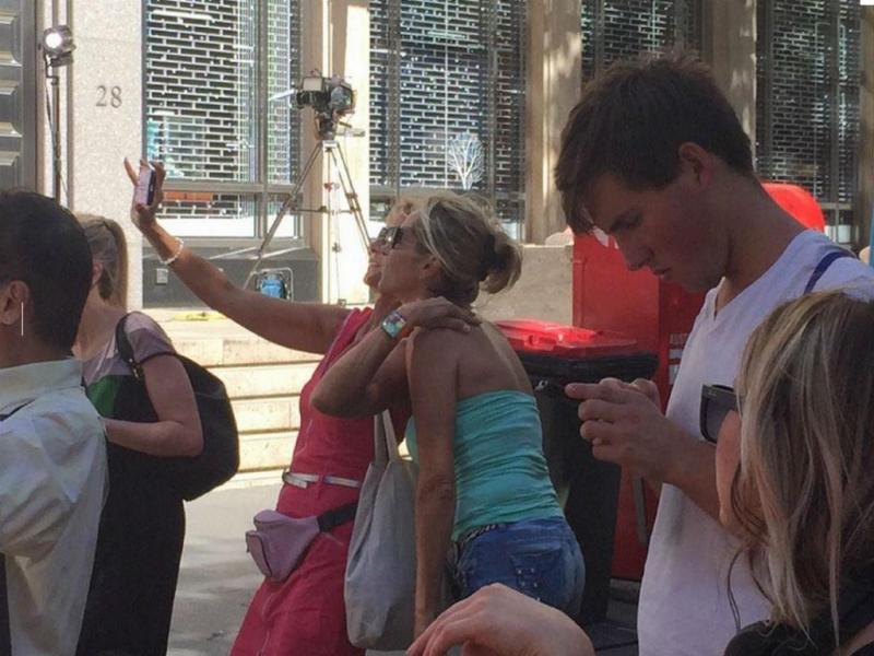 Turistas tiram selfies junto ao local do sequestro em Sidney (Twitter)