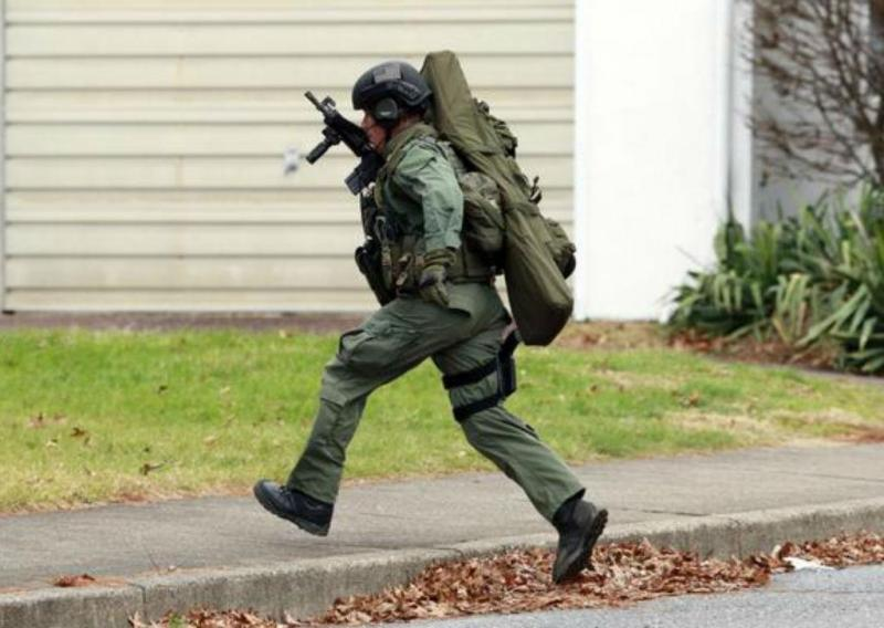 Polícia cerca casa nos arredores de Filadélfia, EUA (Reprodução Twitter)