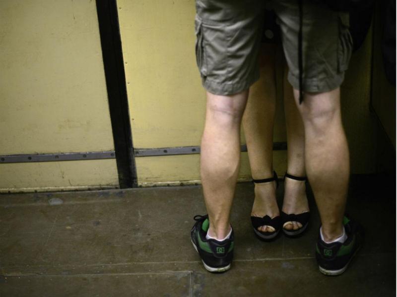 Casal no metro de Moscovo (Reuters)