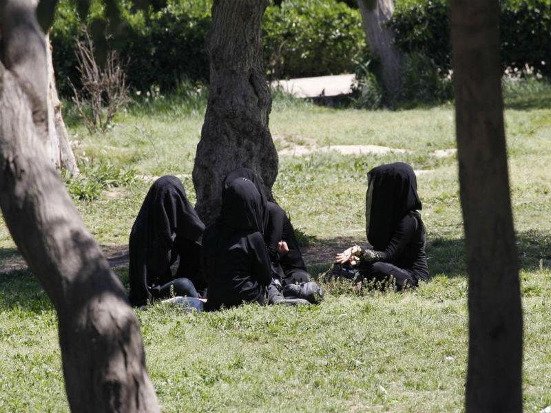 Mulheres convivem em jardim no norte de Raqqa, cidade ocupada pelo EI (REUTERS)