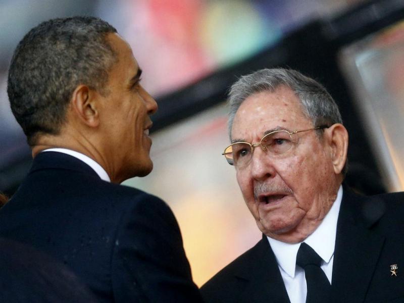 Obama e Raul Castro cumprimentam-se no funeral de Nelson Mandela (REUTERS)