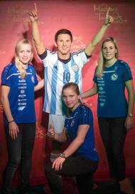 Jogadoras alemãs no museu com Messi