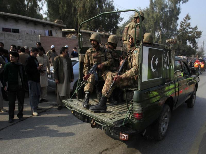 Patrulha do exército paquistanês após ataque à escola (REUTERS)