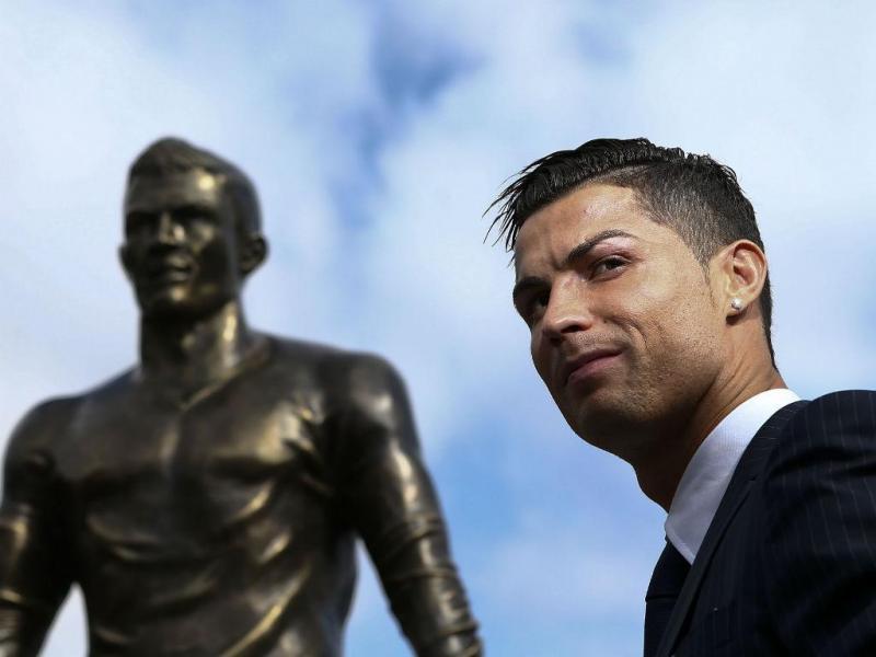 Cristiano Ronaldo e a própria estátua