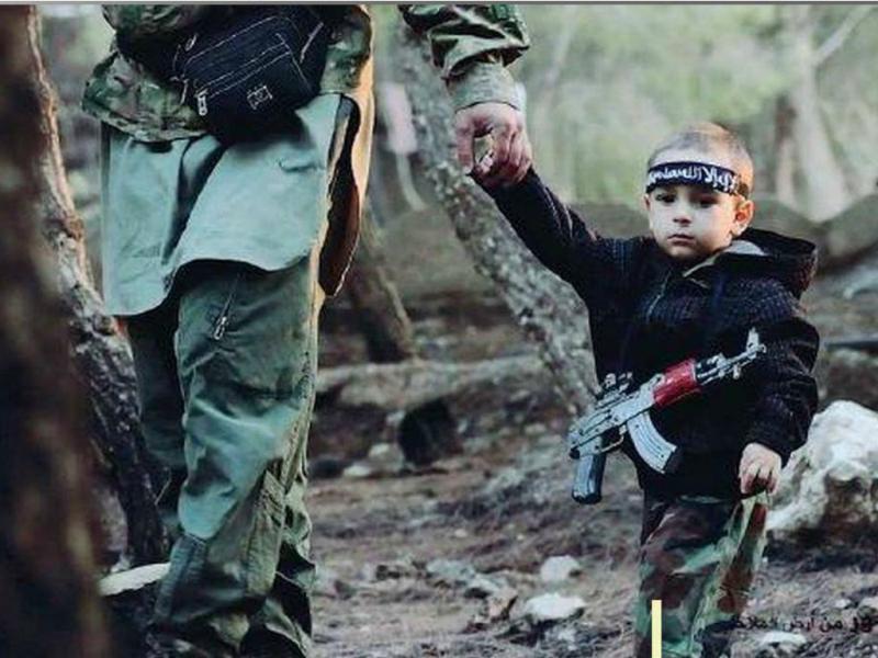Criança de três anos combate pelo EI
