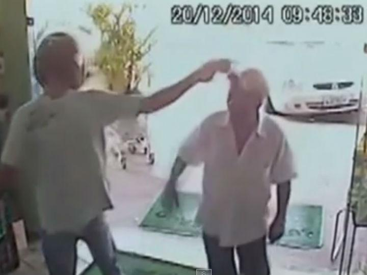 Reformado  entrou num supermercado sem perceber que o local estava a ser assaltado (Reprodução/Youtube)