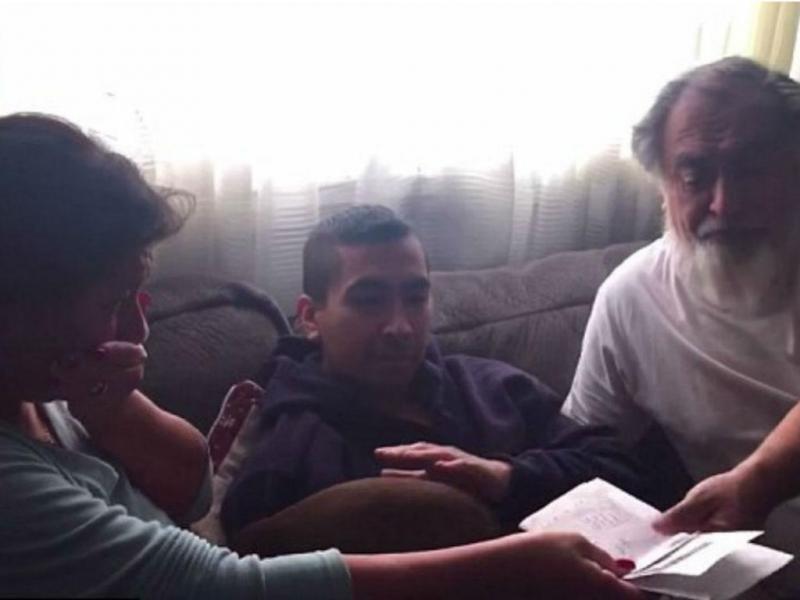 Joe Riquelme dá presente inesquecível aos pais (Reprodução YouTube)