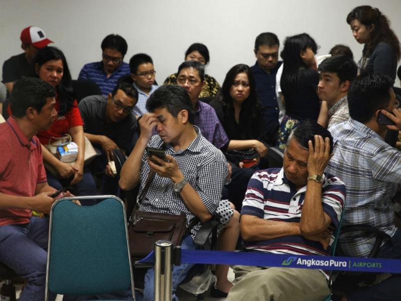 Familiares de passageiros desesperam por notícias do avião da Air Asia (REUTERS)