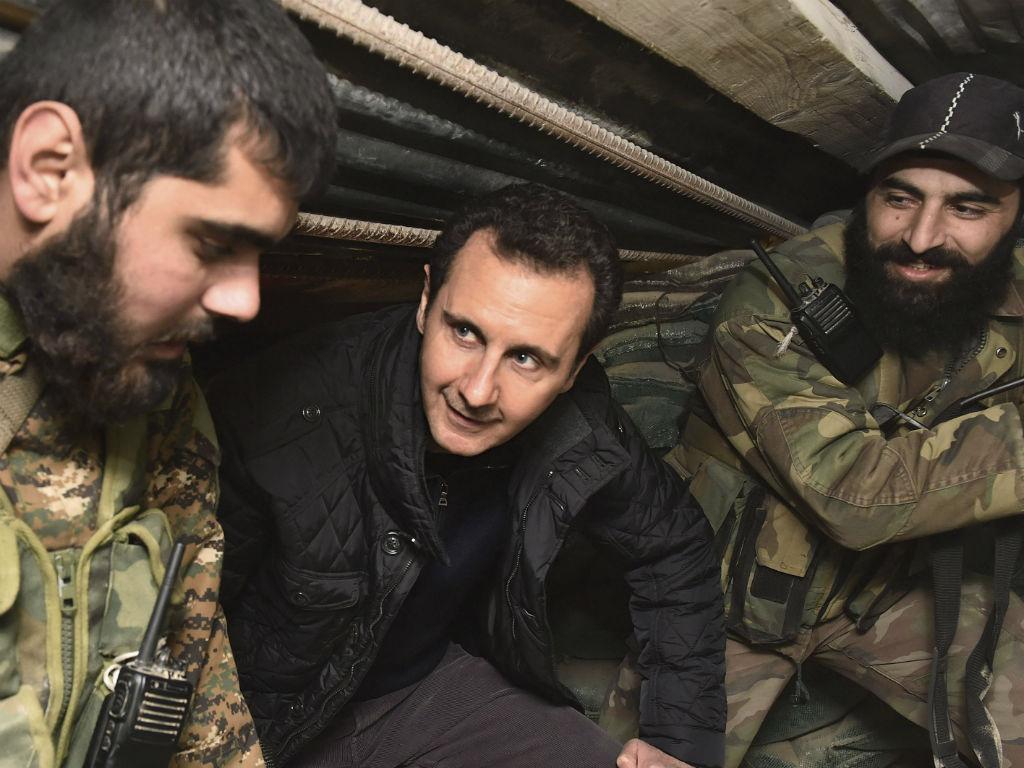 Bashar al Assad visita tropas sírias (REUTERS)