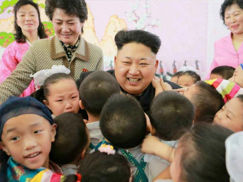Kim Jong-un visita orfanato em Pyongyang. EPA/KCNA