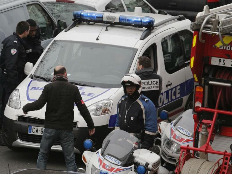 Retirada dos feridos após tiroteio no «Charlie Hebdo» (REUTERS)