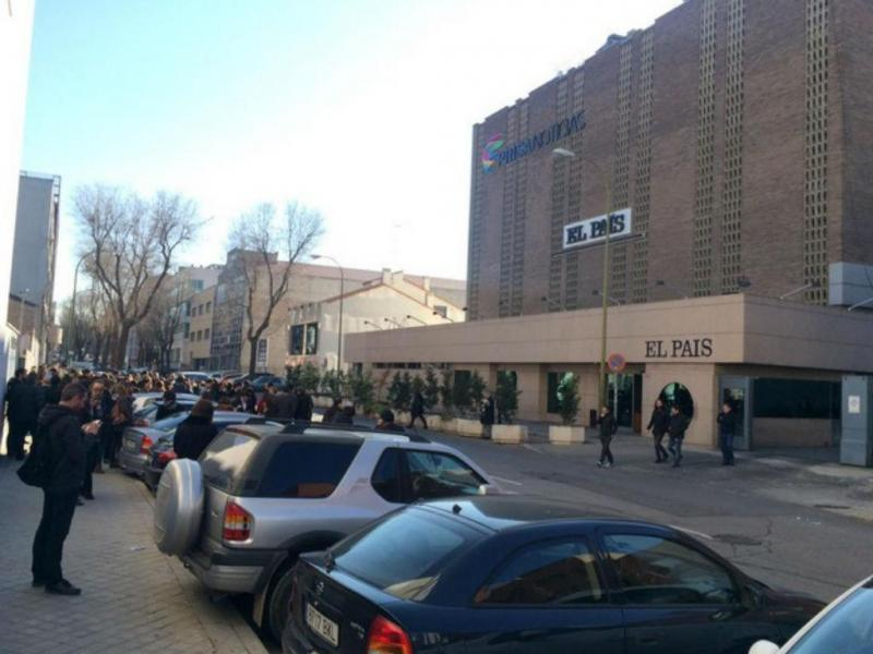 Sede da Prisa evacuada devido a pacote suspeito [Foto do jornalista Daniel Basteiro, no Twitter]