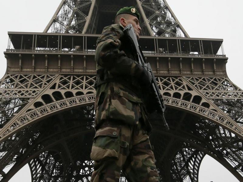 Militar patrulha zona junto à Torre Eiffel em Paris (REUTERS)