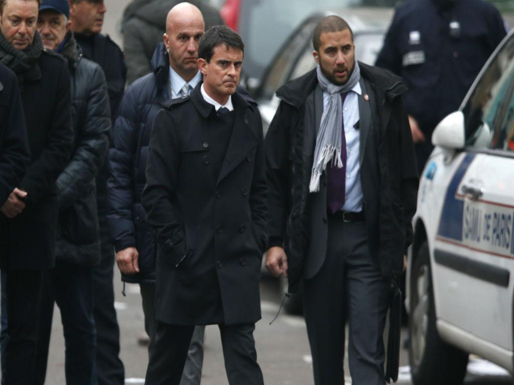 Primeiro-ministro francês Manuel Valls à chegada ao local do tiroteio (REUTERS)