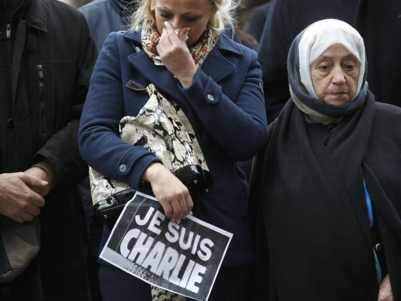 Homenagens prestadas às vítimas do ataque ao jornal satírico «Charlie Hebdo» multiplicam-se por toda a França (Reuters)