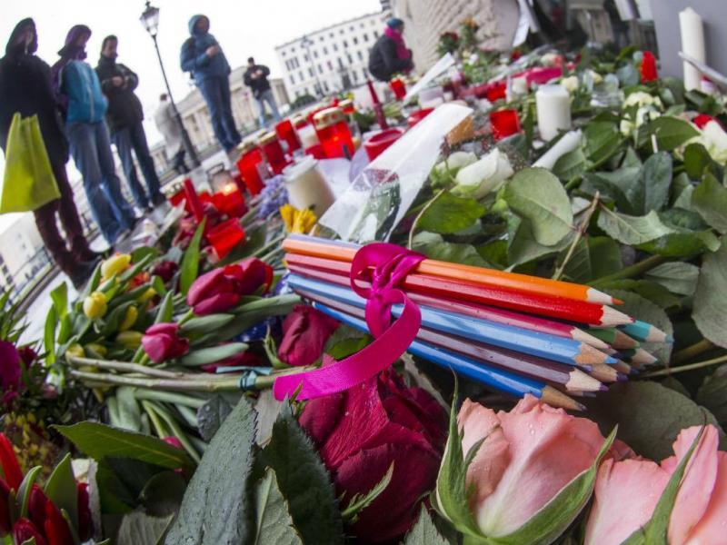 Flores e lápis em homenagem às vítimas dos ataques ao jornal francês «Charlie Hebdo» (Reuters)