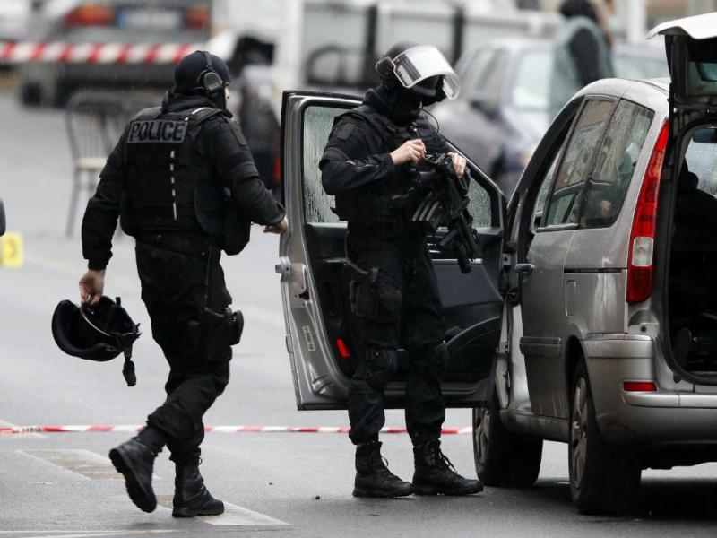 Polícia especial da brigada de investigação francesa no local do tiroteio em Montrouge, perto de Paris. Não foram encontradas ligações do tiroteio, que causou a morte a uma polícia, ao ataque ao jornal «Charlie Hebdo»  (Reuters)