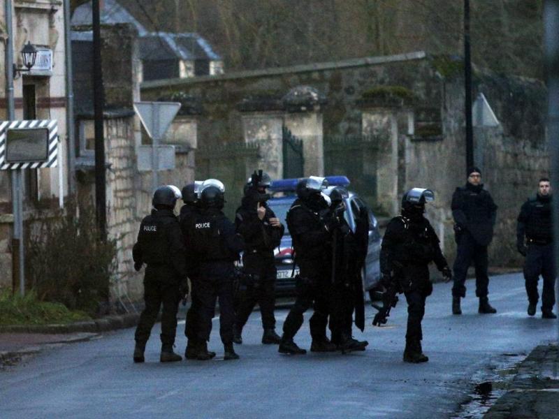 Caça aos dois suspeitos do ataque ao «Charlie Hebdo» (EPA/YOAN VALAT)