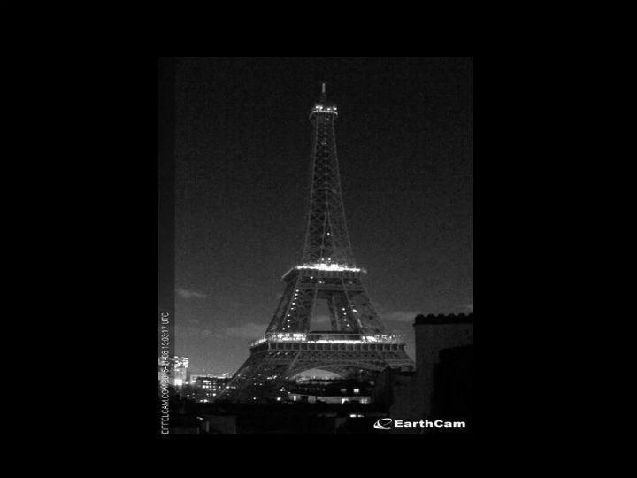 Torre Eiffel às escuras para homenagear as vítimas do atentado ao «Charlie Hebdo» (Earthcam.com)