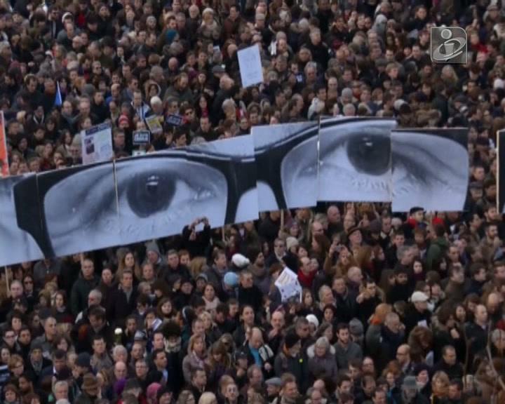 Atentados: Hollande abraçou sobrevivente
