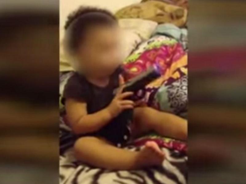 Bebé filmado a brincar com uma arma (YouTube)